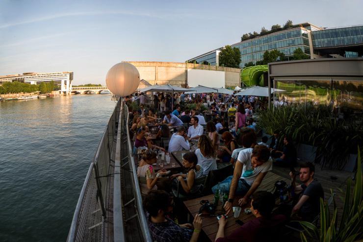 La terrasse du Wanderlust surplombe la Seine