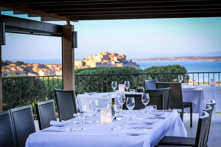 Le restaurant avec vue sur la citadelle de La Villa Calvi © La Villa