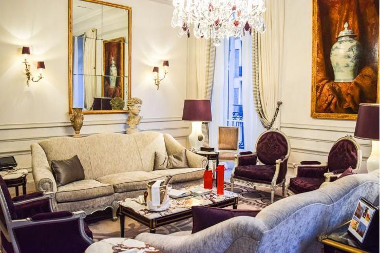 Le salon de la suite Prestige du Plaza Athénée  © Plaza Athénée