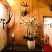 Décoration alpine traditionnelle dans les couloirs du Chalet principal © Yonder.fr