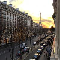 Coucher de soleil sur l'avenue Montaigne, vu depuis la Suite 215 © Yonder.fr