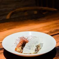 Les sardines accompagnée de portobello, bouillon de dashi et croustillant de parmesan : un concentré de goût umami absolument bluffant © Yonder.fr