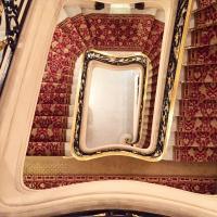 Le majestueux escalier du palace © Yonder.fr