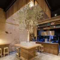 Décor contemporain soigné dans l'enceinte du restaurant. Au milieu du bar trône ainsi un olivier © Perro Viejo