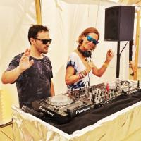 Pendant le déjeuner, des DJ s'occupaient de transformer le restaurant éphémère en club de plage © Yonder.fr