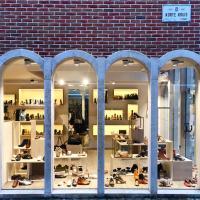 Boutique de chaussures dans un bâtiment d'inspiration Art Déco © Yonder.fr