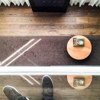 """La """"coffeetable"""" du salon vue depuis la chambre @ Yonder.fr"""
