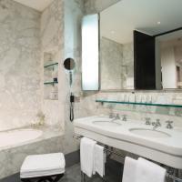 Salle de bain en marbre (comme toutes les salles de bain de l'hôtel) de la suite Via Condotti © Portrait Roma