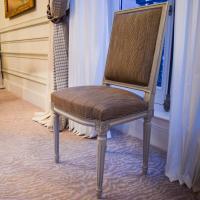 De petites chaises viennent compléter la décoration de la suite © Yonder.fr