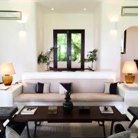Un splendide salon est à la disposition des hôtes dans la villa principale © Yonder.fr
