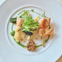 Langoustines et asperges, un délicieux plat de saison servi à La Table d'Olivia, la table gastronomique de l'Hôtel de Toiras, l'établissement jumeau de la Villa © Yonder.fr