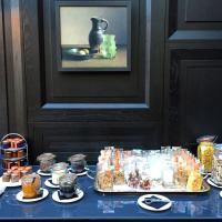 Le buffet du petit-déjeuner rappelle les natures mortes flamandes auxquelles les peintures rendent hommage @ Yonder.fr