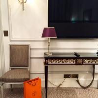 Un second téléviseur Bang & Olufsen attend les hôtes dans la chambre © Yonder.fr