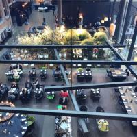 Vue impressionnante de la Brasserie depuis les couloirs de l'hôtel @ Yonder.fr