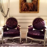 En plus des canapés, de très confortables fauteuils attendent les hôtes de la suite © Yonder.fr