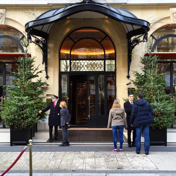 Bienvenue au Plaza Athénée ! À gauche de l'entrée, un portier explique à un enfant l'historie de la Tour Eiffel. C'est aussi ça le sens du service. © Yonder.fr