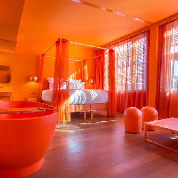 L'une des deux suites monochromatiques de l'hôtel par les designers Maurizio Galante et Tal Lancman © OFF Paris Seine