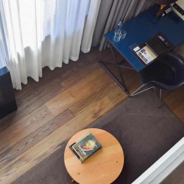 Vue sur le salon depuis la mezzanine d'une Grand Deluxe Duplex Suite @ Yonder.fr