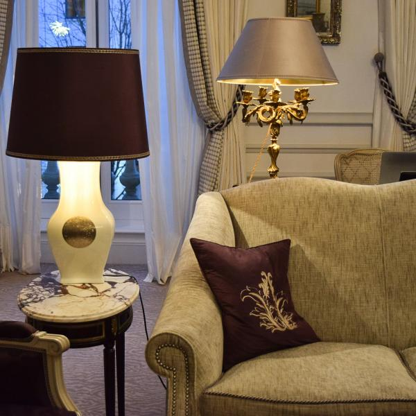Confort absolu et lumière tamisée dans le salon de la suite 215 © Yonder.fr