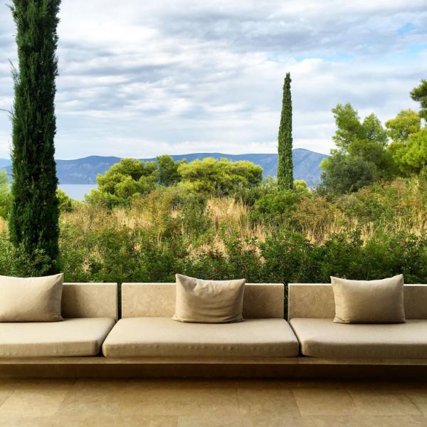 Sofa sur la terrasse d'un pavillon © Yonder.fr
