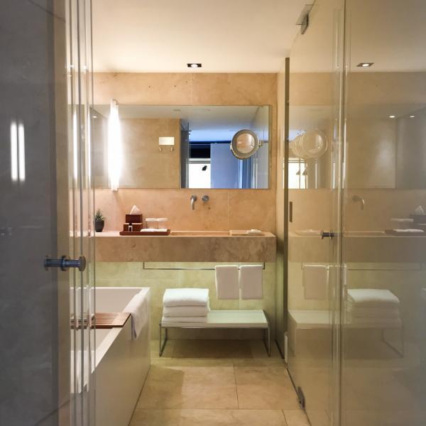 Dans la salle de bain d'une Grand Deluxe Duplex Suite @ Yonder.fr