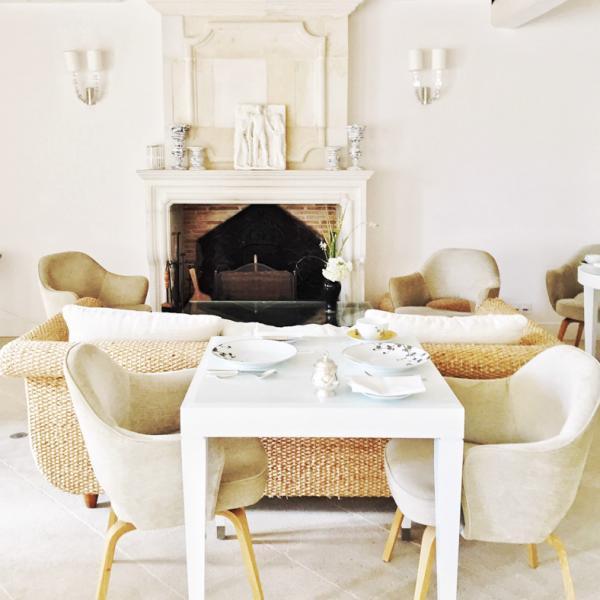 L'élégante salle à manger de la Villa Clarisse. C'est ici qu'est servi le petit-déjeuner. © Yonder.fr
