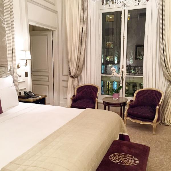 Un vaste espace, un immense lit, des vues sur l'avenue Montaigne : la chambre est à l'image du salon, un must de confort et de raffinement © Yonder.fr