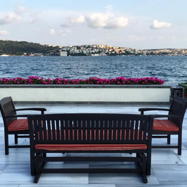 Banc face au Bosphore, sur la superbe terrasse du Four Seasons Istanbul at Bosphorus © Yonder.fr