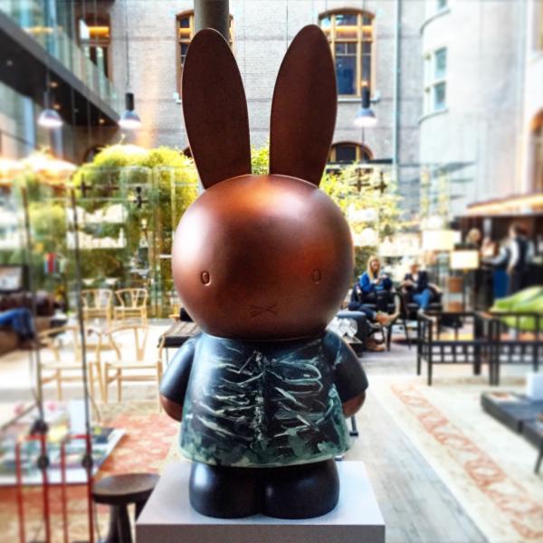 Sculpture contemporaine dans le lounge @ Yonder.fr