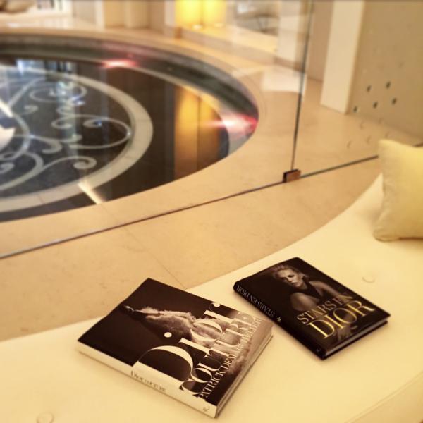 Des livres retraçant l'histoire de la Maison Dior attendant les visiteurs du spa 'Dior Institut' © Yonder.fr