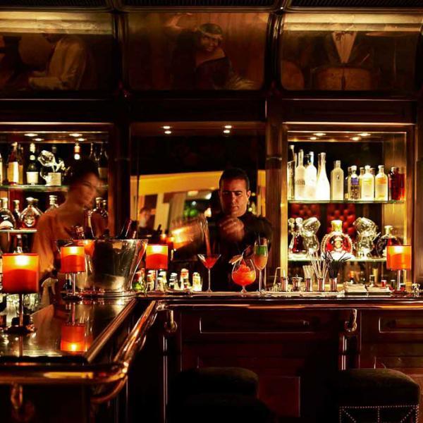 Barman en action dans le très chic et feutré Bar Churchill, le mythique bar de la Mamounia | © La Mamounia