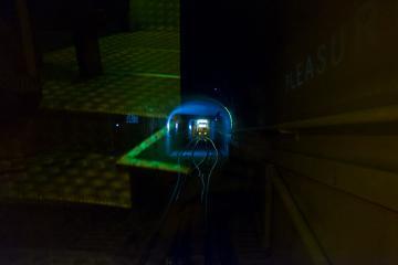 Le trajet dans le funiculaire du Lycabette est accompagné d'effets lumineux.