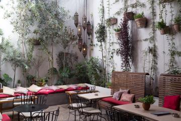 La cour intérieure du restaurant Moma dans Adrianou.