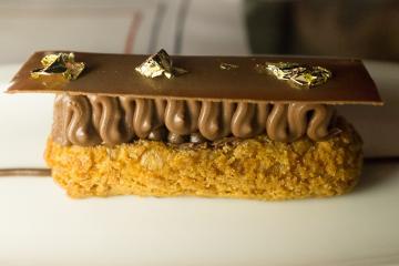 Eclair au chocolat avec feuilles d'or, une création du pâtissier Ghislain Gaille. © Yonder.fr