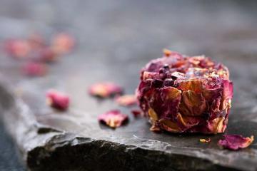 Les loukoums ne sont pas en reste, ici la sophistiquée - et délicieuse - version aux pétales de rose et morceaux de grenade.  © Four Seasons Hotels & Resorts