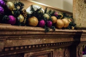 Décorations de Noël sur la cheminée © Yonder.fr