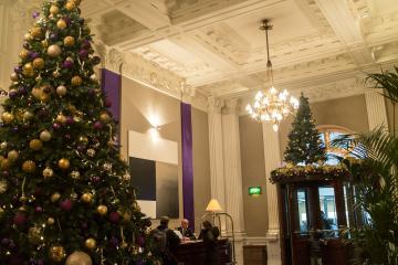 Un imposant sapin de Noël décore le lobby pendant la période des fêtes © Yonder.