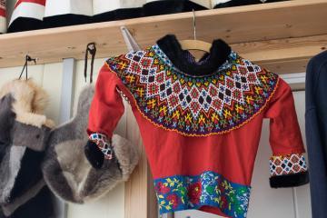 La magnifique collection de kamik (bottes en peau de phoque) et vêtements traditionnels de Robert Peroni décore la Red House.