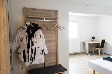 Les chambres supérieures sont spacieuses et la penderie accueille les parkas les plus encombrantes... malheureusement trop chaudes pour les températures enregistrées pendant notre séjour !).