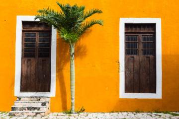 Certains bâtiments de l'hacienda sont jaunes, contrastant avec le rouge omniprésent des lieux © Yonder.fr