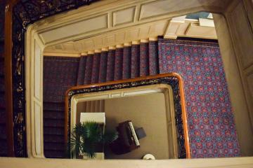 En contrebas du majestueux escalier, un piano © Yonder.fr