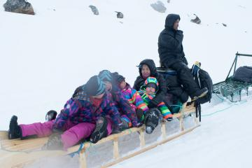 Une famille croisée sur le chemin se rend à Tasiilaq en traineau.