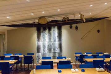 La salle du restaurant avec ses éléments de décoration typiques : peaux de phoque, kayak, masques et dent de narval.