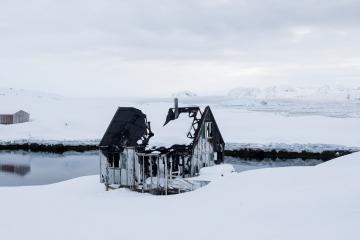 Une maison détruite par un incendie à Tiniteqilaaq.