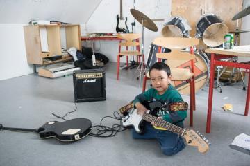 Un jeune habitant de Tiniteqilaaq dans la maison communale où enfants et adolescents peuvent se retrouver.