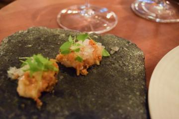 L'une des entrées du menu dégustation d'Ekstedt : langoustines cuites dans de la peau de poulet croustillante | © Yonder.fr