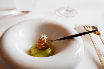Crabe et avocat : une entrée sophistiquée et délicieuse (Bord'Eau) | © Yonder.fr