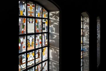 Les vitraux rock'n'roll ont remplacé les vitraux traditionnels qui prenaient place auparavant ici © The Jane