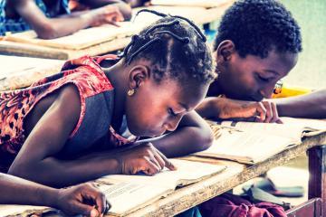 Même à trois ou quatre par table-banc, les élèves restent studieux pendant les cours de français. © Antoine Debontride