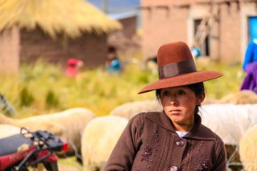 Jeune fille aux airs nostalgiques, à une fête aux moutons dans les Andes. Pérou. © Cédric Aubert